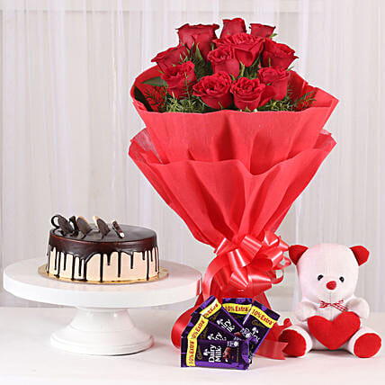 Softy Roses Hamper: Flower Bouquet with Cake